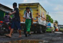 Beberapa jalan di sidoarjo berlubang akibat kendaraan yg melebihi muatan atau karena efek hujan...
