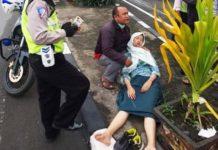 Hindari Jalan Berlubang, Pelajar Dan Polisi Terpental Ke Aspal