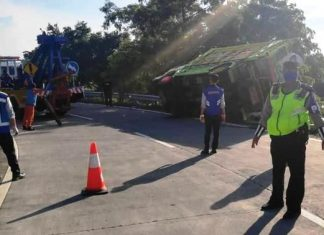Diduga Over Muatan, Truk Angkut Gabah Terguling di Interchange
